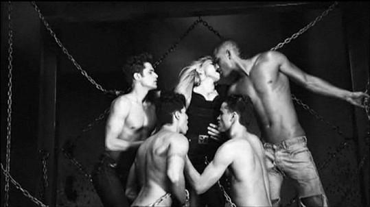 Madonna v klipu Girl Gone Wild pořádně řádí.