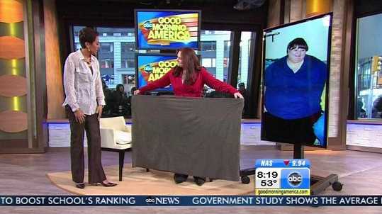 Melissa ukazuje, jak obrovskou sukni dříve nosila.