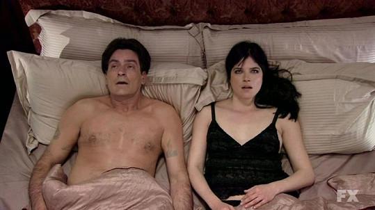 Charlie Sheen v seriálu spí se svou kamarádkou a terapeutkou, kterou si zahrála Salma Blair.