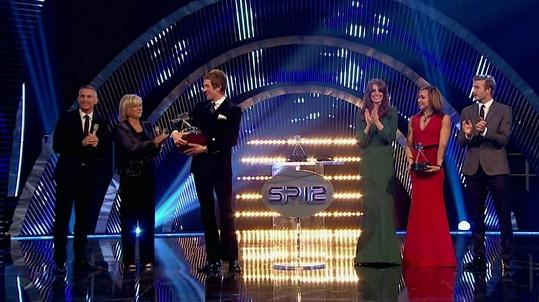 Bradley Wiggins s trofejí a slavnými osobnostmi po svém boku.