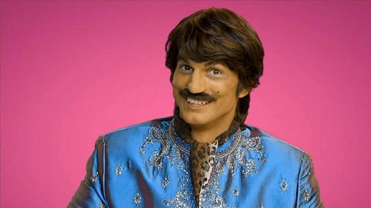 Ashton jako indický producent v Bollywoodu.