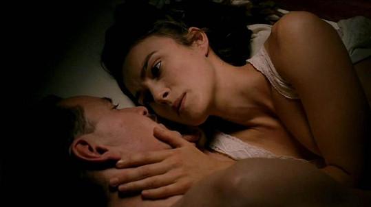 Milostná scéna s Keirou Knightley a Michaelem Fassbenderem.