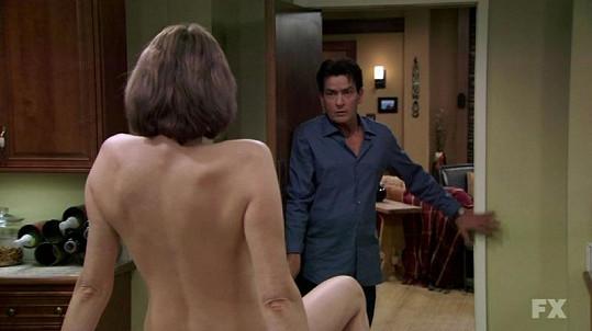 Charlie se stane obětí stíhání zamilované Mel.