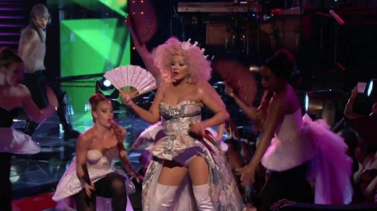Aguilera zazpívala nový singl Make the World Move.