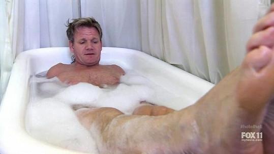 Gordon Ramsay testuje hotelovou vanu.
