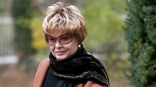 Alena Vránová v roli svérázné babičky.