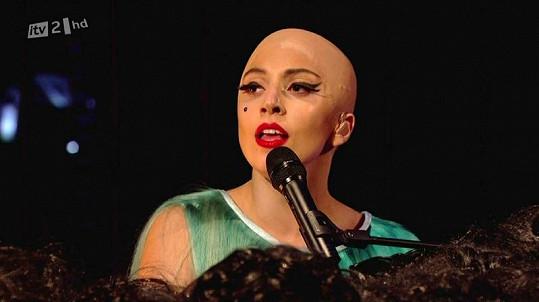 Lady Gaga bez vlasů.