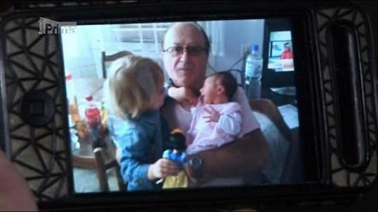 Petr Janda s dcerami, dvouletou Anežkou a dvoudenní Rozárkou.