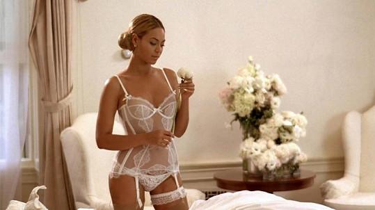 Beyonce Knowles v bílém sexy prádélku.
