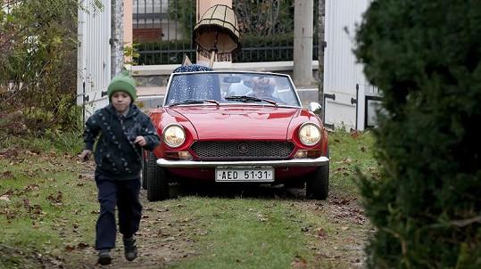 Alena Vránová za volantem obávaného automobilu.
