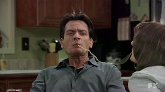 Charlie Sheen v seriálu Anger Management.