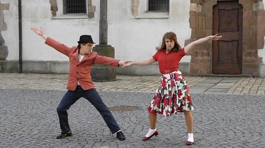 Anna Stropnická s Jiřím Mádlem ve filmu V peřině.