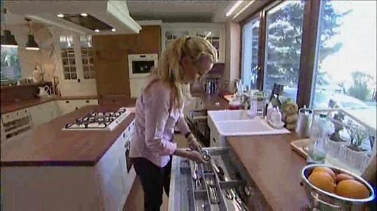 Vendula už vaří v nové kuchyni.