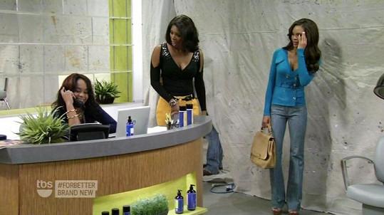 Bobbi hraje recepční v kadeřnictví.