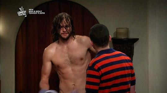 Ashton Kutcher se v seriálu zcela svlékl.