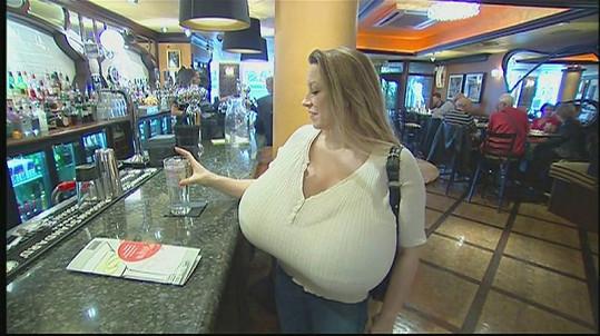 Americká striptérka Chelsea Charms v baru.