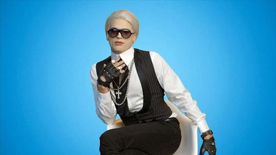 Ashton Kutcher hraje v reklamě Karla Lagerfelda.