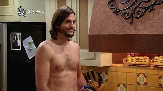 Ashton Kutcher se v seriálu Dva a půl chlapa zcela obnažil.