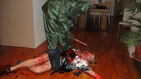 Zabiják se sklání nad svou slavnou obětí.