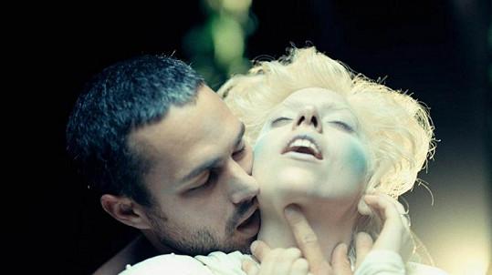 Lady Gaga a Taylor v klipu k písni You and I.