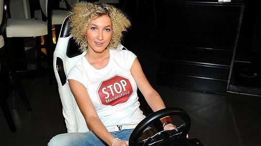 Pozdravit Sámera Issu a zajezdit si na závodním trenažéru přišla i Dominika Mesašová, která tričkem podpořila bojkot své osoby, jenž vyhlásil jeden z bulvárních deníků.