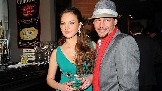 Sámer Issa s kamarádkou Innou na akci v pražském restaurantu Fragola, kde představil své charitativní projekty.