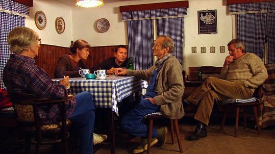 Herci poslouchají zakázanou stanici Svobodná Evropa.