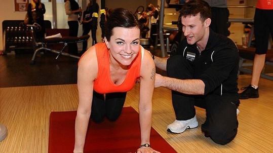 Marta Jandová s trenérem v pražském fitness centru
