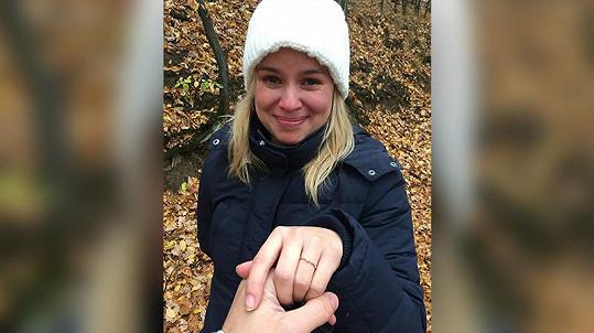 Touhle dojemnou fotkou oznámila na svém instagramovém účtu zasnoubení.
