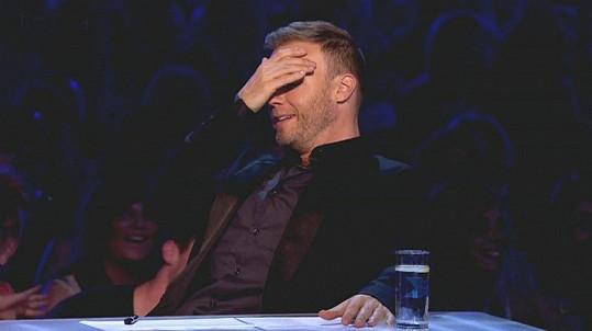 Porotce Gary Barlow si raději zakrýval oči.
