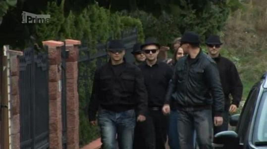 Macura si na schůzku přivedl bodyguardy.