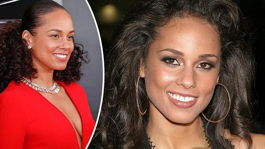 Alicia Keys chodí od roku 2016 bez make-upu, podívejte se, jak vypadala, když jej nosila. (archivní snímek vpravo)