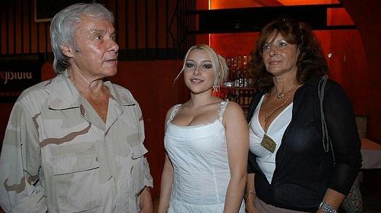 Kája Saudek na archivní fotografii s dcerou Berenikou a manželkou Johanou
