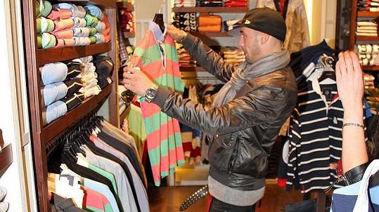 Issa se v obchodním centru zastavil i v prodejně s oblečením. Ani tisíce, které v Myslbeku utratil, mu ale na náladě nepřidaly.