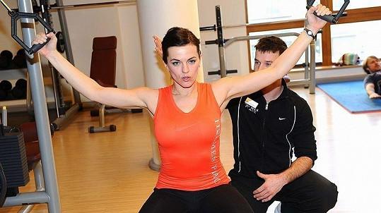 Marta Jandová zlepšuje postavu pod vedením trenéra v pražském fitness centru