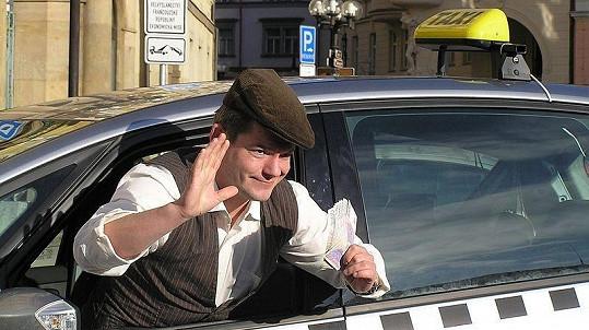 Aleš Háma ve svém taxíku.