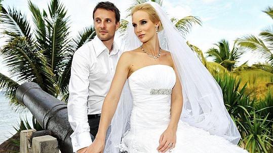 Bára Kolářová se na Mauritiu vdala za dlouholetého přítele Přemka Vidu