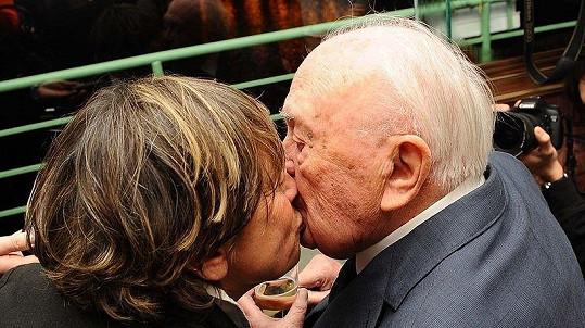 Při polibku s manželkou Jitkou Němcovou.