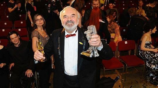 Zdeněk Svěrák s jedním ze svých Českých lvů