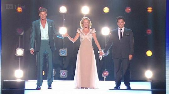 David Hasselhoff s Amandou Holden a Michaelem McIntyrem, jimž oběma vyfoukl největší šatnu.