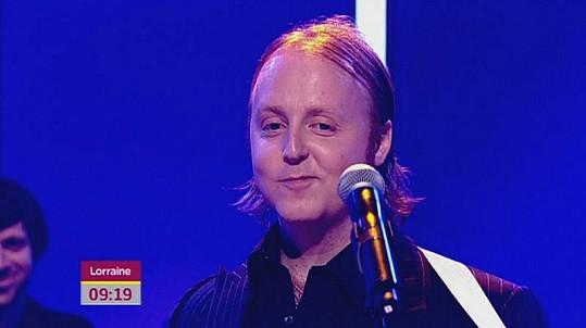 Především před mikrofonem lze spatřit Jamesovu podobu se svým slavným otcem Paulem McCartneym.