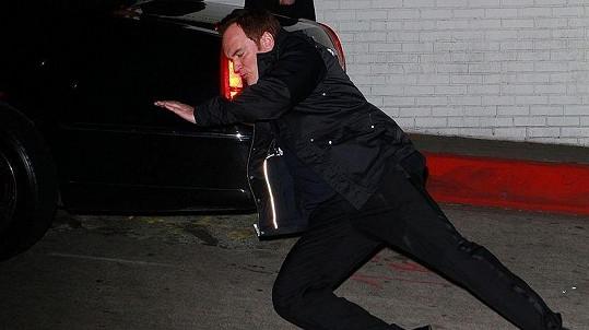 Podobnou figuru dokáže předvést během pádu nejspíš jen Tarantino.