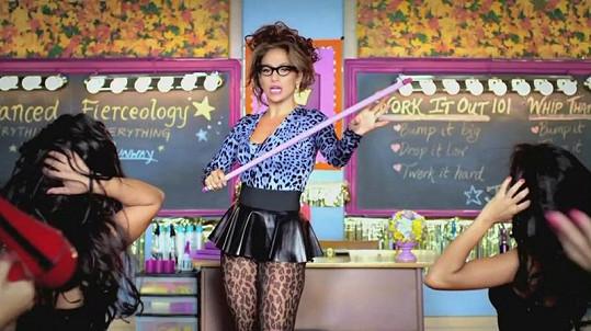 Jennifer Lopez jako sexy učitelka.