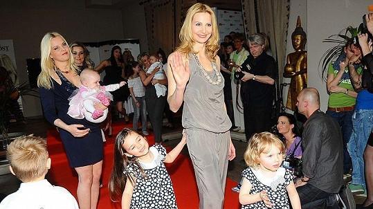 Ivana Gottová s dcerami Charlotte Ellou a Nelly Sofií a Kateřina Kristelová s dcerou Claudií na benefičním večeru Afrika na krku.