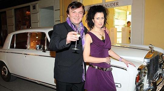 Pavel Trávníček s přítelkyní Monikou Fialkovou u svého luxusního vozu.