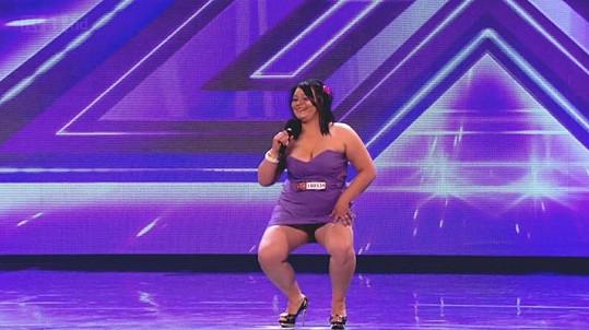 Sebevědomá Britka zpívala a tančila ve velmi krátkých šatech.