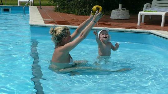 Simona Krainová si s Maxem užívá vody.
