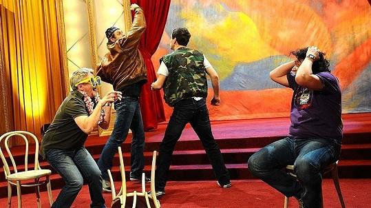 Když Suchánek, Sokol a Chmela řádili na pódiu, Genzer se zděšeně chytal za hlavu.