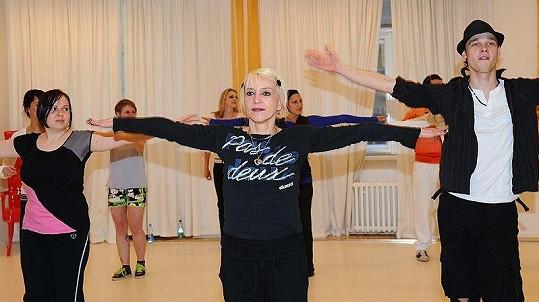 Akce se neplánovaně účastnila i Miriam Landa, která sama předcvičuje zumbu. Na snímku s pořadatelem akce, choreografem a tanečníkem Petrem Křížem (vpravo).