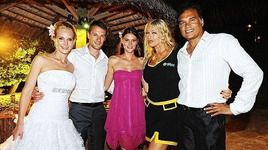 Bára Kolářová s dnes již manželem Přemkem Vidou, mauritijským ministrem cestovního ruchu a kamarádkou Báry Petrou Gisske, která na Mauritiu žije.